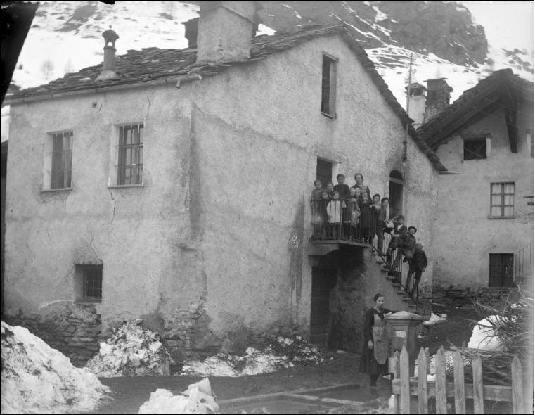 Edificio comunitario (forno, scuola e latteria)_Fondo Thomasset Zaccaria_1953